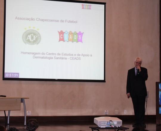 O Prof. Dr. Luiz Jorge Fagundes, Coordenador Científico do CEADS, durante sua apresentação na sede da SBCD. mostrando a homenagem do CEADS aos atletas, tripulação, comissão técnica e jornalistas envolvidos com a tragédia da Associação Chapecoense de Futebol.