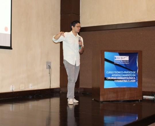 """O Prof. Dr. Gustavo Haramura, do Grupo de Gestores do CEADS, durante sua exposição na sede da SBCD, com o tema: """"Gestão de Projetos Clássicos e Inovadores""""."""
