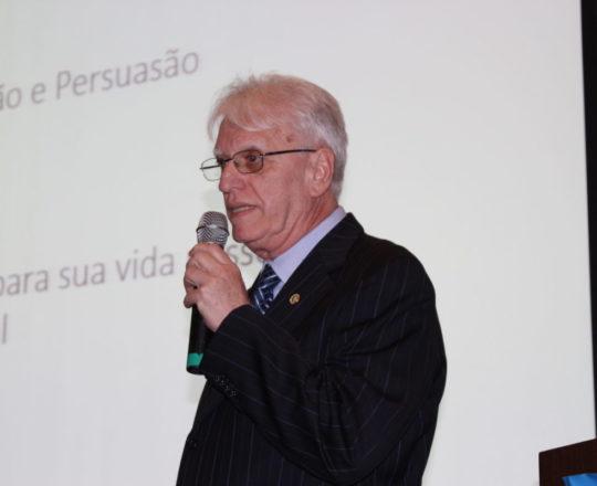 """Detalhe do Prof. Dr. Luiz Jorge Fagundes, Coordenador Científico do CEADS, durante sua apresentação sobre """"Negociação e Persuasão""""."""