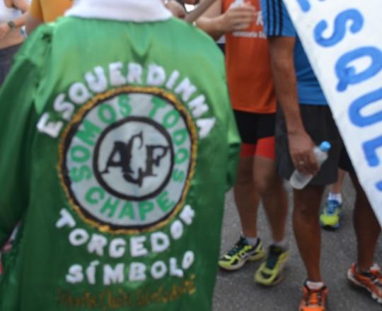 """""""Esquerdinha"""", apelido do Prof, Fagundes, sendo homenageado pela família do Médico Luiz Carlos Sibinelli, de Chapecó, com a camisa de """"Torcedor Paulista Símbolo da Chape."""