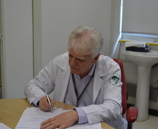 O Prof. Dr. Luiz Jorge Fagundes, no primeiro dia de Atividades de Assistência , Ensino e Pesquisa, descrevendo nos prontuários as alterações observadas nos pacientes que compareceram ao Centro de Saúde, nesse dia 02/01/2017.