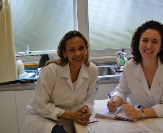 A Biomédica Fatima Morais, Responsável pelo Laboratório de DST do Centro de Saúde e a Técnica de Enfermagem Cristiane Martins Lopes, durante a separação dos prontuários dos Pacientes a serem atendidos nesse dia 02/01/2017.