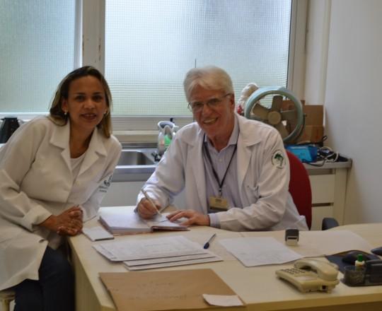 A Biomédica Fátima Morais, Colaboradora do CEADS e Responsável pelo Laboratório de DST e o Prof. Dr. Luiz Jorge Fagundes, Coordenador Científico do CEADS e Responsável Clínico e pela Área de Dermatologia Sanitária do Centro de Saúde Escola Geraldo de Paula Souza da Faculdade de Saúde Pública da USP, durante o atendimento aos pacientes, realizado em 02/01/2017.
