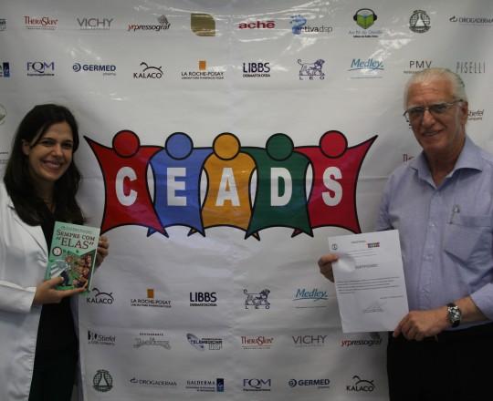 A Dra. Mariana Hafner, Coordenadora do 61 Fórum de Debates do CEADS de posse do Certificado de Coordenadora do 61 Fórum de Debates e o Prof. Dr. Luiz Jorge Fagundes, Coordenador Científico do CEADS.