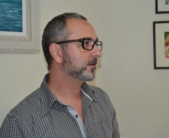 O Sr. Alexandre Chiea, Responsável pela Empresa Activa Design, que dá o suporte Técnico ao site do CEADS, durante a reunião para definir as novas midias que serão utilizadas pelo CEADS em 2017, além das mudanças no Portal do Centro de Estudos e de Apoio à Dermatologia Sanitária.