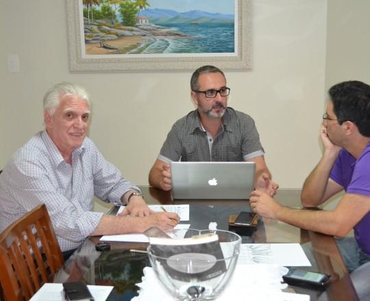 O Prof. Dr. Luiz Jorge Fagundes, Coordenador Científico do CEADS, o Sr. Gustavo Haramura, Voluntário do Grupo de Gestores do CEADS e o Sr. Alexandre Chiea, Responsável pela Activa Design, durante a primeira Reuniãode Trabalhos do CEADS em 2017.