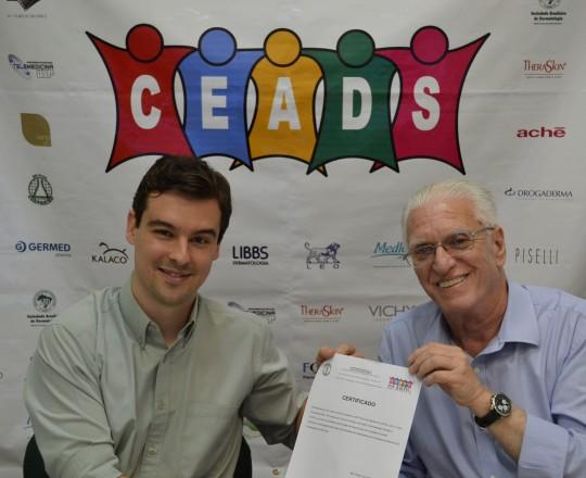 O Prof. Dr. Luiz Jorge Fagundes, Coordenador Científico do CEADS, entrega ao Professor Dr. João Avancini, o Certificado de Coordenador do 62 Fórum de Debates do CEADS.
