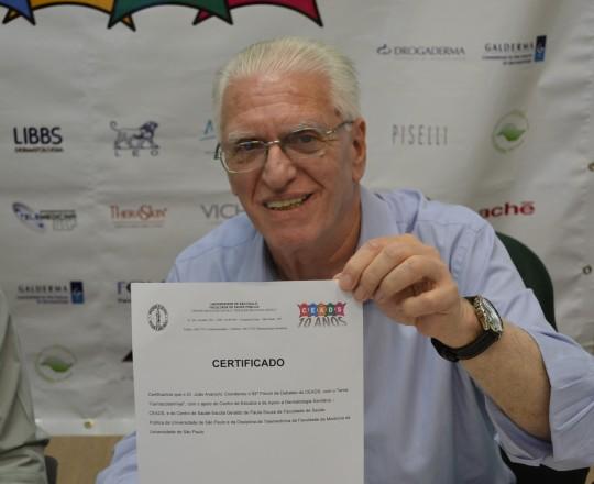 O Prof. Dr. Luiz Jorge Fagundes, Coordenador Científico do CEADS, exibe o Certificado de Coordenação do 62 Fórum de Debates, com o novo Logo do CEADS, comemorativo aos Dez anos de existência do Centro de Estudos e de Apoio à Dermatologia Sanitária.