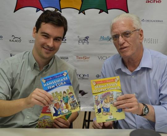 O Dr. João Avancini, Coordenador do 62 Fórum de Debates, recebe do Prof. Dr. Luiz Jorge Fagundes, Coordenador Científico do CEADS, os exemplares das Revistas em Quadrinhos, com temas de Dermatologia Sanitária, produzidas pelo CEADS.