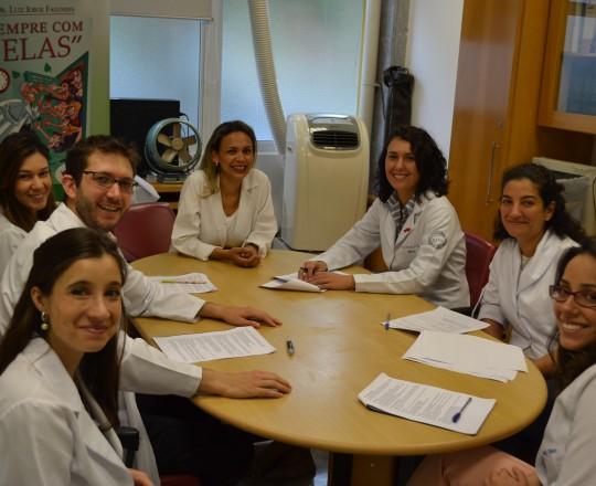 A Biomédica Fátima Morais, Colaboradora do CEADS e Responsável pelo Laboratório de IST e os Estagiários de fevereiro de 2017, durante a realização da Prova Final de IST
