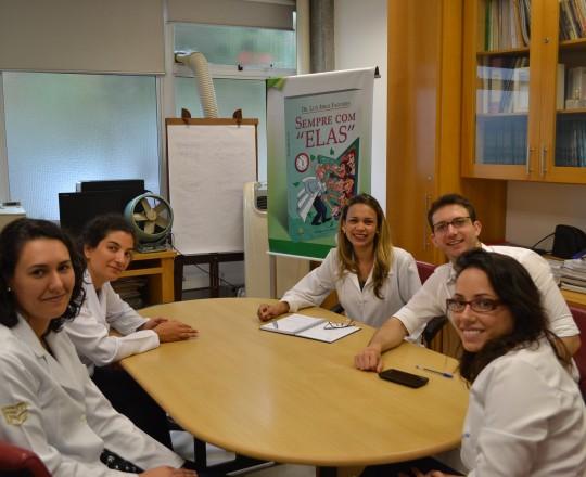 A Biomédica Fátima Regina Morais, em companhia dos Estagiários de fevereiro de 2017, no primeiro dia de atividades,nas dependências da Sala Prof. Fabio Haramura.