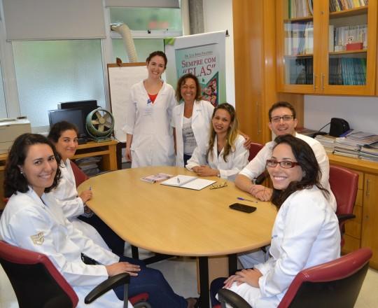 As Colaboradoras do CEADS, a Biomédica Fatima Regina Morais, a Enfermeira Natalina Lima e a Auxiliar de Enfermagem Cristiane Martins Lopes, junto aos Estagiários de IST de Fevereiro de 2017