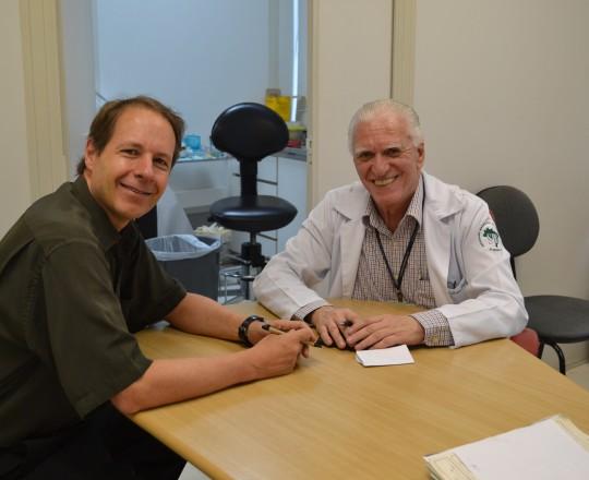 O Prof. Dr. Ricardo Romiti, Presidente do CEADS e o Prof. Dr. Luiz Jorge Fagundes, Coordenador Científico do CEADS, durante a vista do Prof. Romiti ao Ambulatório de IST do CSE GPS FSP USP.