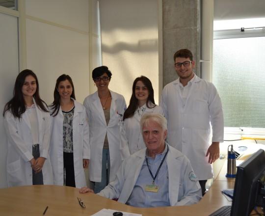 O Prof. Dr. Luiz Jorge Fagundes, Coordenador Científico do CEADS e os Estagiários de IST de março de 2017, durante a Palestra sobre Diagnóstico X Abordagem Sindrômica.
