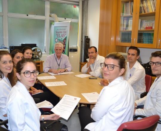 O Prof. Dr. Luiz Jorge Fagundes, Coordenador Científico do CEADS, junto aos Estagiários de março de 2017, durante a Aula Inaugural do Estágio e a elaboração da prova inicial de IST, realizadas, em 03/03/2017, na Sala Fabio Haramura, do Ambulatório de IST do CSE GPS FSP USP.