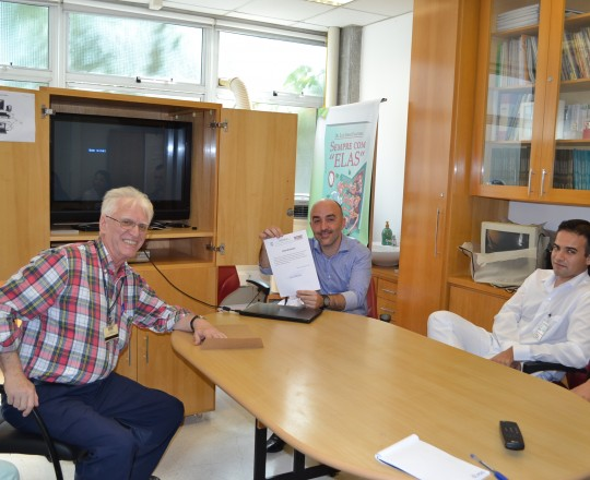 """O Prof. Gustavo Ferreira, Palestrante do Tema: """"Erro Médico"""",dirigido aos Estagiários de março de 2017, de posse de seu Certificado de Coordenador do Evento, entregue pelo Prof Dr. Luiz Jorge Fagundes, Coordenador Científico do CEADS."""