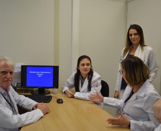 """O Prof. Dr. Luiz Jorge Fagundes, Coordenador Científico do CEADS e os Estagiários de IST do mês de março, durante a Palestra sobre """"Infecção Pelo HPV""""."""