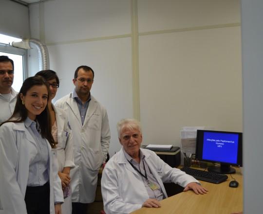 O Prof. Dr. Luiz Jorge Fagundes, Coordenador Científico do CEADS, durante a Palestra sobre Infecção pelo HPV, dirigida aos Estagiários de IST de março de 2017.