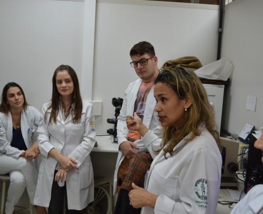 A Biomédica Fátima Morais, Colaboradora do CEADS e Responsável pelo Laboratório de IST e os Estagiários de março de 2017, durante a aplicação da Prova Prática sobre temas de IST