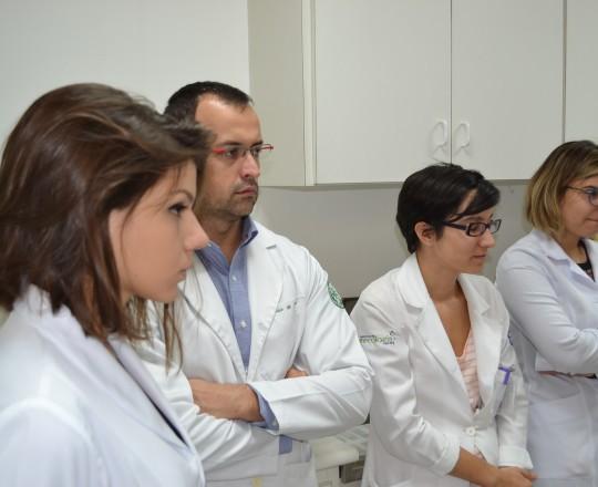 Os Estagiários de IST de março de 2017, durante a prova prática, nas dependências do Laboratório de Dermatologia Sanitária.