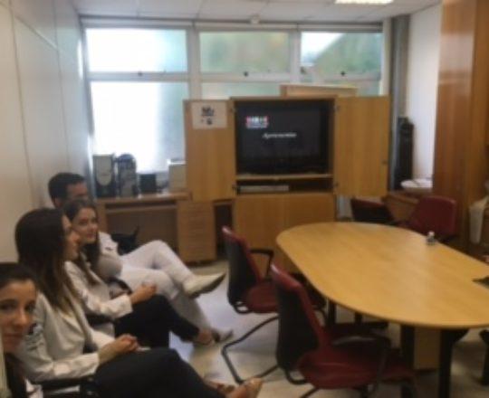 """Reunião dos Estagiários de março de 2017, na Sala Fabio Haramura, durante a apresentação do Documentário sobre a """"Situação Atual da Hanseníase no Brasil"""""""