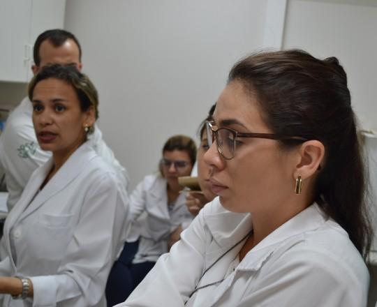 A Biomédica Fátima Morais, Colaboradora do CEADS e Responsável pelo Laboratório de IST, junto aos Estagiários de março de 2017, durante a Aula Prática de Pesquisa Bacterioscópica em IST.