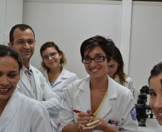 Os Estagiários de IST de março de 2017, durante a Exposição do Laminário de IST do CEADS, aparecendo em primeiro plano, junto a Biomédica Fátima Morais, a Dra. Maria Garofalo da Universidade de Turim da Itália.