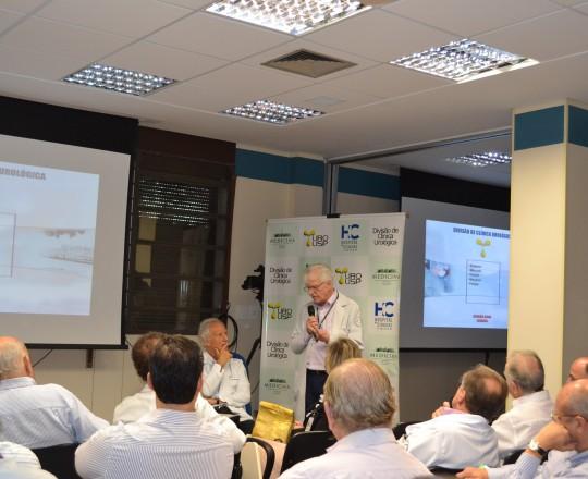 O Prof. Dr. Miguel Srougi, Professor Titular Livre Docente da Clínica Urológica do HC FMUSP e o Prof. Dr. Luiz Jorge Fagundes, Coordenador Científico do CEADS, durante a discussão dos Casos de IST da Clínica Urológica do HC FMUSP