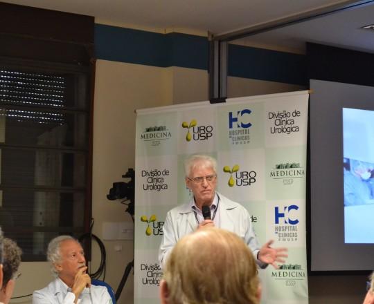 O Prof. Dr. Luiz Jorge Fagundes, Coordenador Científico do CEADS, durante sua exposição na discussão dos casos de IST, ao lado do Prof.Dr. Miguel Srougi, Professor Titular da Clínica Urológica do HC FMUSP, dirigida aos Assistentes e Residentes de Urologia.