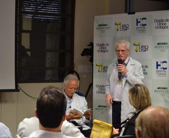 """O Prof. Dr. Miguel Srougi, Professor Titular da Clínica Urológca do HC FMUSP, de posse do Livro """" Gestão, Princípios Fundamentais"""", elaborado pelo Prof. Dr. Luiz Jorge Fagundes, Coordenador Científico do CEADS e pela Equipe de Gestores do CEADS."""