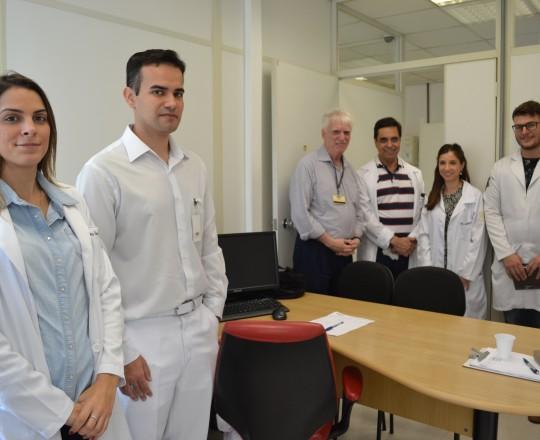 O Prof. Dr. Luiz Jorge Fagundes, Coordenador Científico do CEADS, durante a apresentação do Diretor do Centro de Saúde , o Prof. Dr. Paulo Rogerio Gallo, aos Estagiários de março de 2017