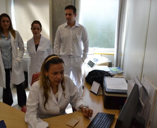 A Biomédica Fátima Morais,durante o cadastramento dos Estagiários de março de 2017, do Ambulatório de IST, no site do CEADS