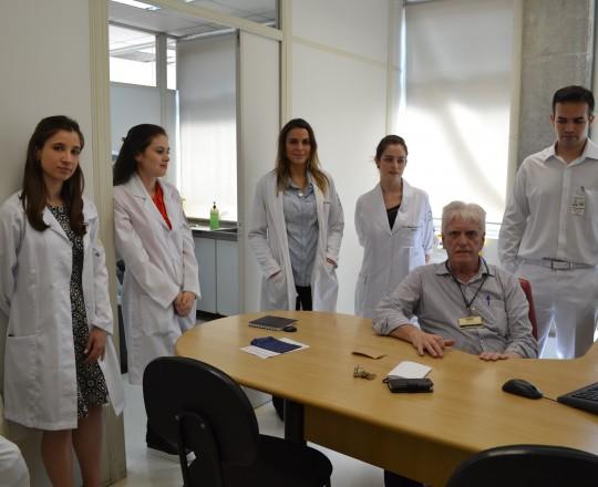 O Prof. Dr. Luiz Jorge Fagundes, Coordenador Científico do CEADS, durante a Palestra sobre as diferenças entre Doenças Venéreas e Infecções Sexualmente Transmissíveis, junto aos Estagiário de março de 2017