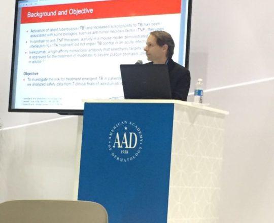 o Prof. Dr Ricardo Romiti, durante sua apresentação no Meeting da Academia Americana de Dermatologia.