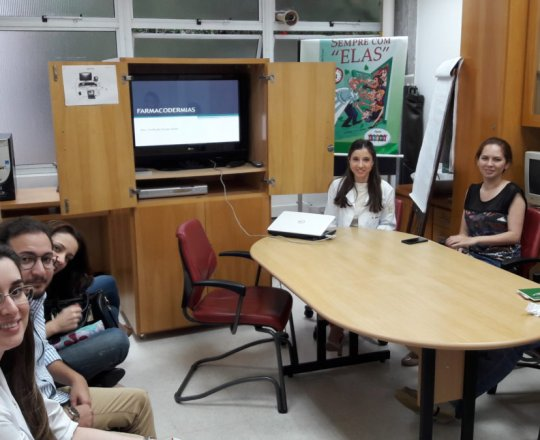 "A Dra. Nathalia Targa Pinto, Colaboradora do CEADS e os Estagiários de IST e DST do mês de abril, durante a Palestra sobre ""Farmacodermias""."
