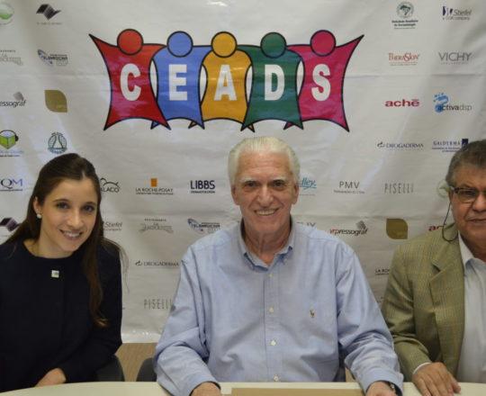 O Prof. Dr. Luiz Jorge Fagundes, Coordenador Científico do CEADS, a Dra. Nathalia Targa Pinto, Colaboradora do CEADS e Coordenadora do Fórum e o Sr. José Gonçalves, representante da Farmácia Galo de Ouro, patrocinadora exclusiva do Fórum.