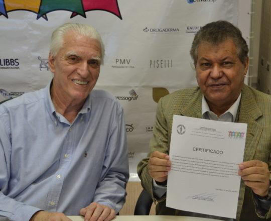 O Prof. Dr. Luiz Jorge Fagundes, Coordenador Científico do CEADS e o Sr. José Gonçalves representante da Farmácia Galo de Ouro, patrocinadora do Fórum, de posse do Certificado de Patrocinador Exclusivo.