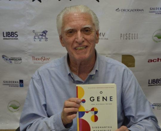 """O Prof. Dr. Luiz Jorge Fagundes, Coordenador Científico do CEADS, de posse do Livro """"O Gene"""", presente dos Estagiários de DST de abril de 2017."""