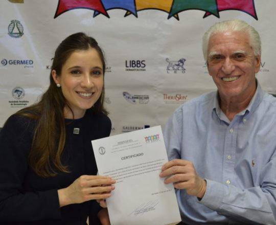 A Dra. Nathalia Targa, expõem seu Certificado de Coordenadora do Fórum de Debates e o Prof. Dr. Luiz Jorge Fagundes, Coordenador Científico do CEADS e Organizador do Fórum.