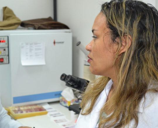 A Biomédica Fatima Morais, Colaboradora do CEADS e Responsável pelo Laboratório de DST, durante a apresentação do acervo de Lâminas do CEADS