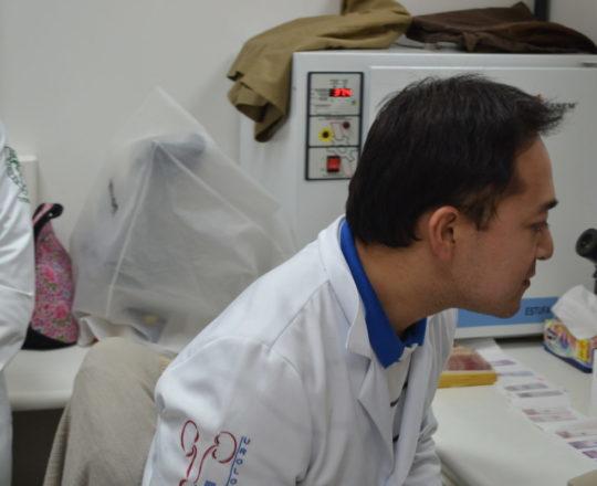 O Dr. Fabiano Matsumoto, Urologista do Hospital Santa Marcelina, observa ao microscópio do Laboratório de DST do Centro de Saúde Escola Geraldo de Paula Souza da Faculdade de Saúde Pública, uma das Lâminas do acervo do CEADS, sob a supervisão da Biomédica Fátima Morais, Colaboradora do CEADS e Responsável pelo Laboratório de DST