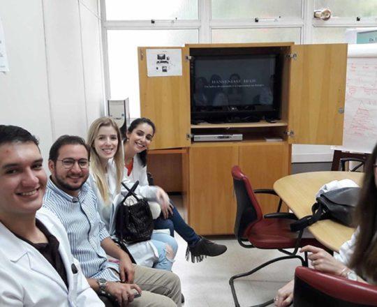"""Os Estagiários de IST e DST do mês de abril de 2017, durante a apresentação do Documentário sobre """"A Situação Atual da Hanseníase no Brasil""""."""