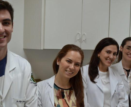 Grupo de estagiários de DST e IST, de abril de 2017, durante a apresentação do acervo de lâminas do CEADS, ocorrida no Laboratório de Dermatologia Sanitária do Centro de Saúde Escola Geraldo de Paula Souza da Faculdade de Saúde Pública da USP.