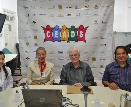 Momentos iniciais do 63 fórum de Debates do CEADS .Da esquerda para a direita: Dra. Natália Pinto Targa, Colaboradora do CEADS e Representante do Centro de Saúde, Prof. Dra. Lana Aguiar, Coordenadora do Fórum, Prof. Dr. Luiz Jorge Fagundes, Coordenador Científico do CEADS  e o Sr. Marcos Martins Responsável pela Empresa IMPRESSOGRAF, patrocinadora exclusiva do Fórum.