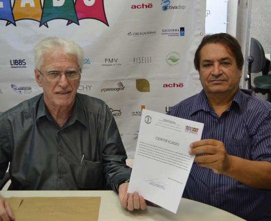 O Prof. Dr. Luiz Jorge Fagundes, Coordenador Científico do CEADS, no momento da entrega do Certificado de Patrocinador Exclusivo do Fórum ao Sr. Marcos Martins, Responsável pela Empresa IMPRESSOGRAF, patrocinadora exclusiva do Fórum de Debates.