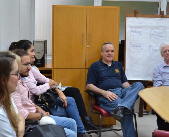 """O Prof. Dr. Luiz Jorge Fagundes,Coordenador Científico do CEADS, o Prof. Lucas Blanco, Tesoureiro do CEADS e os Estagiários de IST e DST de abril de 2017, durante a Palestra sobre """"Gestão""""."""