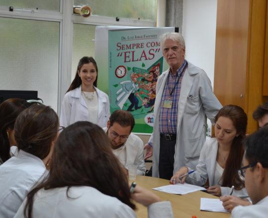 O Prof. Dr. Luiz Jorge Fagundes, Coordenador Científico do CEADS, a Dra. Nathalia targa, Colaboradora do CEADS e os Estagiários de abril de 2017, durante a realização das provas finas de DST.