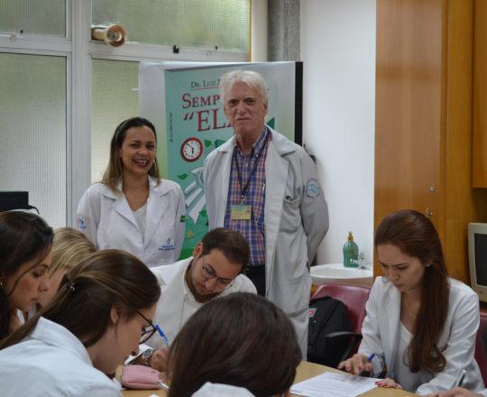 A Biomédica Fátima Morais,Colaboradora do CEADS e Responsável pelo Laboratório de DST. o Prof. Dr. Luiz Jorge Fagundes,Coordenador Científico do CEADS e Responsável pelo Estágio de DST e os Estagiários de abril de 2017, durante a realização das provas finais do Estágio.