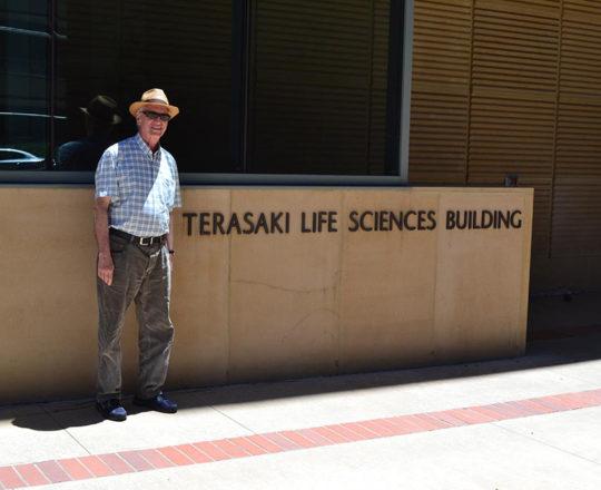 "O Prof. Dr. Luiz Jorge Fagundes, Coordenador Científico do CEADS, junto ao "" Terasaki Life Sciences Building, no Campus da UCLA""."
