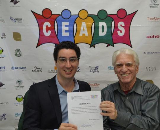 """O Prof. Dr. Luiz Jorge Fagundes, entrega o Certificado de Coordenador do 65 Fórum de Debates ao Prof. Dr. Nilton Gioia Di Chiaccio, Palestrante do Tema: """"Tumores Ungueais"""""""